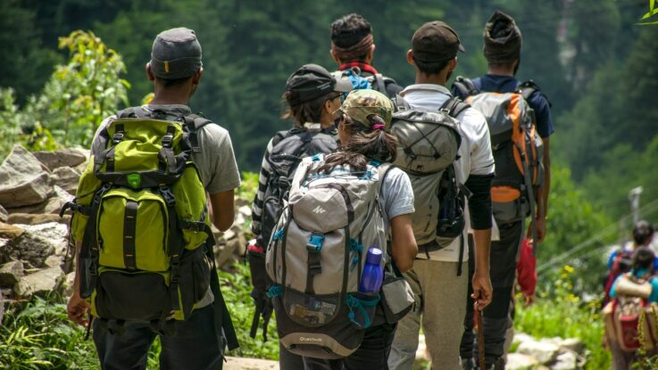 Flok af mennesker er på vandretur