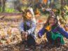 To børn leger udenfor