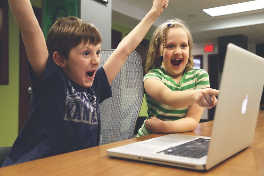 to børn foran computeren