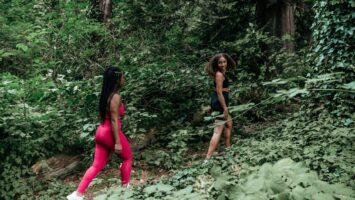 Flotte kvinder på vandretur