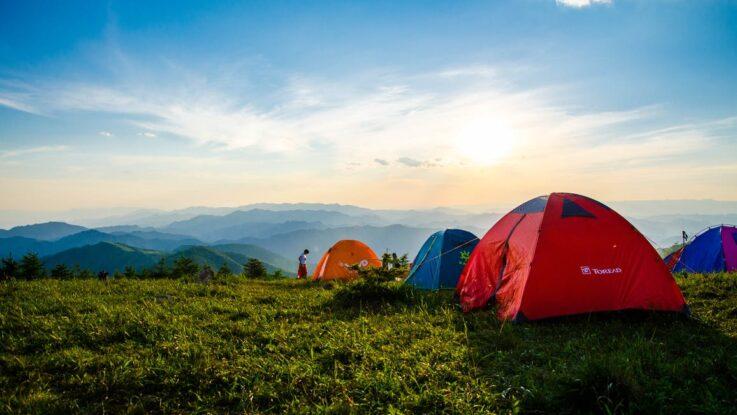 Telte under blå himmel