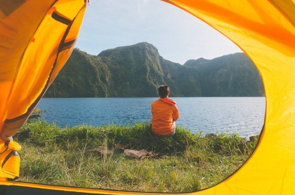 Person udenfor telt