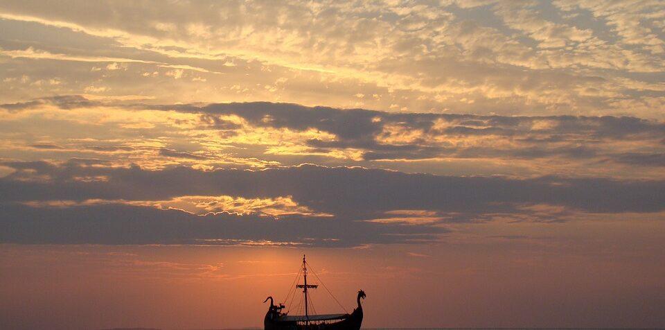 vikingeskib i solnedgang