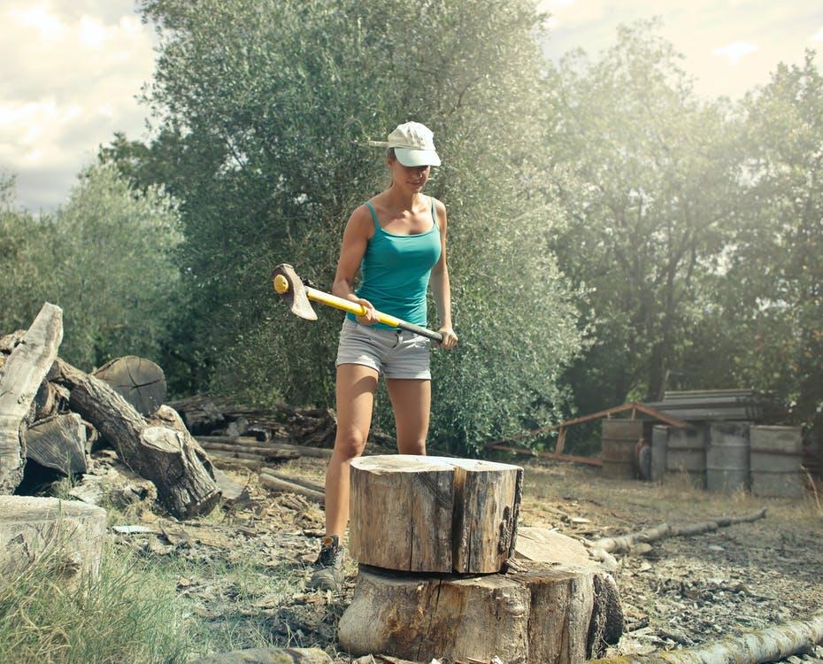 Kvinde med økse og træstub